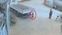 看车撞倒幼童却不及时提醒?广东揭阳3岁幼童遭碾压后死亡