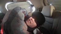 小伙穷游零下13度睡车里,冻得直哆嗦,只能带着帽子睡觉!