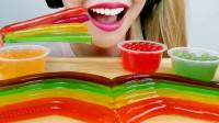 小姐姐自制果冻面条和果冻球,色彩缤纷看起来像彩虹,吃起了太有趣了