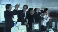 飞机发动机发生故障,机长冷静指挥实行完美降落,众人鼓掌欢呼