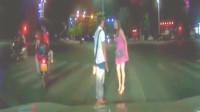 情侣路边发生争执,要不是监控,都不知下一秒多壮观