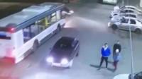 监控:这样的车祸,根本就不给三人活命的机会