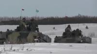 军事:俄罗斯装甲车在苍茫的雪地中行进