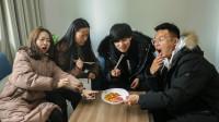 小伙请朋友吃饭,四个人吃一盘花生米,太抠了
