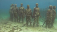 """男子在海中潜水,居然在海底发现了一群""""人"""",镜头记录下全程!"""