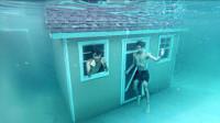 熊孩子挑战水中生活24小时,还建了一座木屋,这是要变成人鱼了?