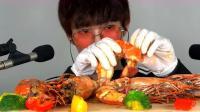 小哥哥吃超级大的椒盐大虾,吃海鲜控喜欢吃的美食呀