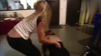 WWE:白姐嫉妒女王容颜,对着要害拳打脚踢,多大仇啊