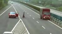 女司机上高速祸害,要不是监控,都不知道她有多作死