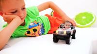 太有趣了!萌娃小可爱用魔法把弟弟变到玩具小汽车里面了,她们玩的可开心啦!