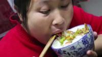 胖妹回娘家蹭饭老爸做牛肉火锅,胖妹连吃好几碗一家子都好会做菜