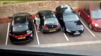 本以为是女司机在倒车,车门打开后瞬间无语了!