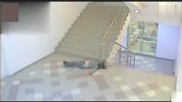 灵异事件:监拍女子上楼梯诡异一幕,像被人控制一样