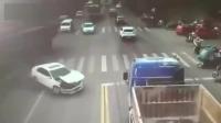 我的女司机你这是怎么了?被大货车给撞傻了吗?交警看了都哭笑不得!