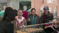 农村大妈逛商场看中条衣服,谁料一问价格把她吓了一跳,也太贵了