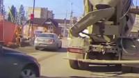 女司机恶意抢道,结果水泥车司机路怒症彻底爆发了,监控真实拍摄