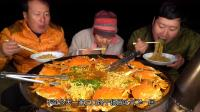 韩国最穷吃播太会吃,煮个泡面用了10只大闸蟹,一家人吃嗨了
