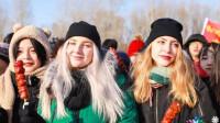 哈尔滨采冰节开幕,松花江太热闹了,千人在冰上吃饺子!