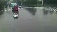 监控:女司机强行闯红灯,大货车放她一马,谁也没想到这才是悲剧的开始!