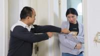 丈夫每天下班回来,妻子都呆在卫生间,丈夫好奇,推开门当场怒了