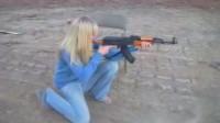 外国小姐姐蹲地挑战AK,感受霸道的后坐力!
