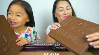 国外小姐姐,和女儿一起吃巧克力,超大一块直接拿起来啃着吃