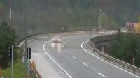 监控:超车失控的轿车,大货车当场被撞下高速,监控了这惊险的一幕