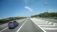 实拍:女司机高速倒车,大货车饶她不死,货车司机一脚下去教她做人!