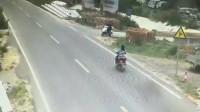 监控:俩女司机骑车赌气,结果悲剧了,视频拍下了这绝望的画面!