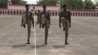 印度边防保安队训练踢正步,教官喊口令的方式好熟悉