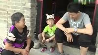 村民问张峻豪是谁的孩子,李鑫称我的,结果村民的话萌娃峻豪尴尬