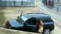 小情侣路边停车,监控拍下不对劲,场面让人无语