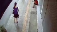 短裙女子在路边等车,要不是监控,都不知道发生了什么