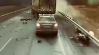 这起车祸到底有多惨烈,女司机下车趴在路边呕吐不止,监控记录可怕一幕