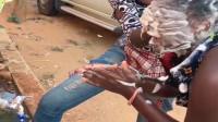 非洲美女一年才洗一次头,听听她的惨叫声,这是有多痛苦啊!