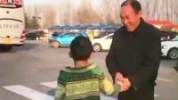 大连男孩在服务区崩溃大哭,民警帮其找爸爸:看好孩子!