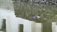 后妈的娃娃掉进河里,继子奋不顾身的跳入河中,太勇敢了