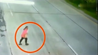女子当场被撞飞,要不是监控,大货车清白谁来还
