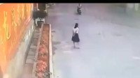 黑裙女孩等男友接她回家,如果不是监控,看不出来她这么不要脸!