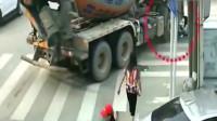 监控:电动车女子用身体去别水泥车,3秒后命丧当场!