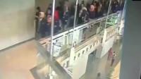 监控实拍:外国豆腐渣工程走廊直接整个垮塌