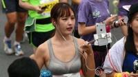 直播摸屁股!体育美女记者直播马拉松比赛遇色狼【体育辣报】
