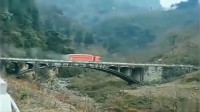 大货车走到桥中央,发现不对劲,监控拍下头皮发麻的一幕