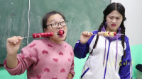 学霸王小九:老师自制冰糖葫芦给学生吃,男同学吃不下,没想女同学一口一个