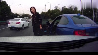 监控拍下尴尬一幕,宝马女司机加塞被撞,怒斥后车司机