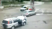 灵异事件:两男子正在修车,监控拍下诡异的一幕