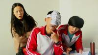 学校考试,学渣戴着面具作弊,不料被老师逮个正着