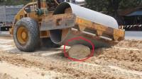 压路机遇到石头,司机直接一脚油门踩过去,场面过于硬核