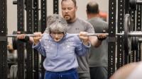 肌肉美女假扮老奶奶,去健身房狂虐一批壮汉,反应太好笑了!
