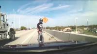 两摩托车不顾安全疯狂超车,车祸瞬间发生,行车记录仪拍下悲剧瞬间